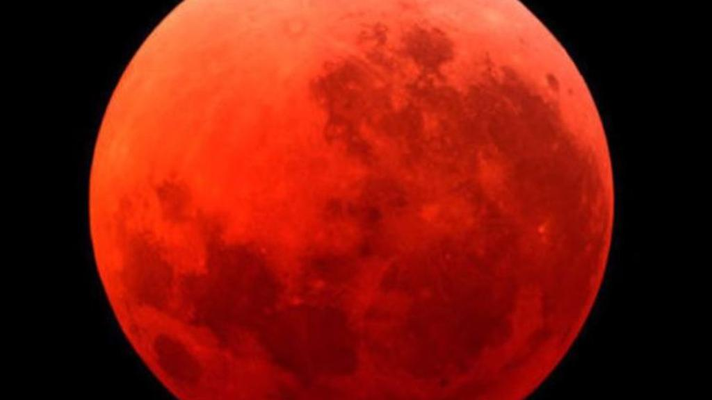 """العالم يترقب """"القمر الدموي"""" الشهر المقبل"""