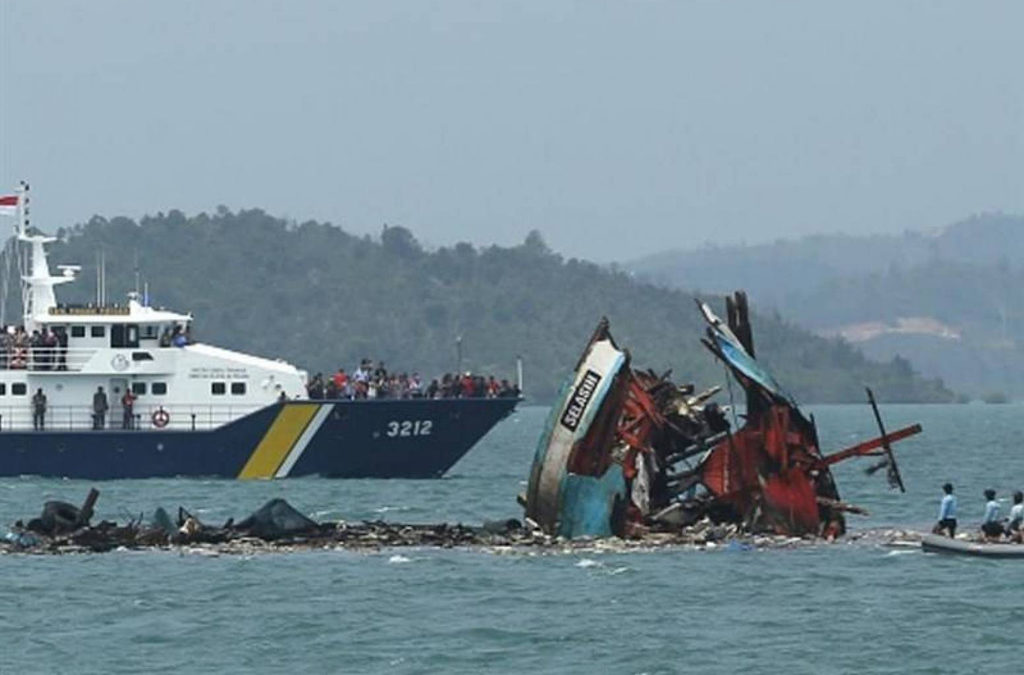 ارتفاع عدد ضحايا غرق العبارة في اندونيسيا الى 29 قتيلا