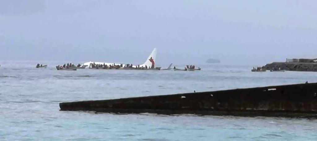 سقوط طائرة ركاب في بحيرة خلال هبوطها في جزيرة في المحيط الهادىء