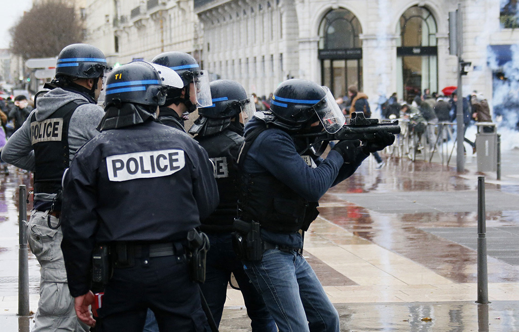 سائق اصاب شخصين بجروح عند محاولة دهسه حشدا في جنوب فرنسا
