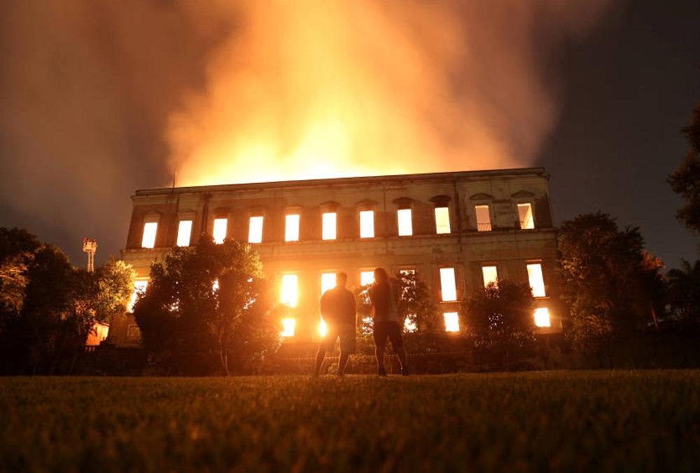 نشوب حريق هائل في المتحف الوطني بريو دي جانيرو
