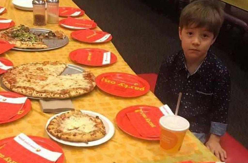 لم يحضر أصدقاؤه عيد ميلاده… ففطر قلوب الملايين