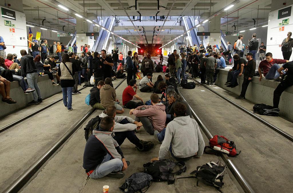 ناشطون انفصاليون اغلقوا طرقا ومسار قطار سريع في كاتالونيا