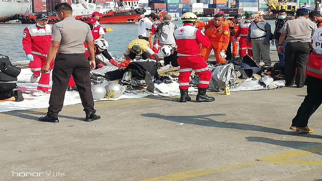انتشال المزيد من أشلاء ضحايا الطائرة الإندونيسية المنكوبة