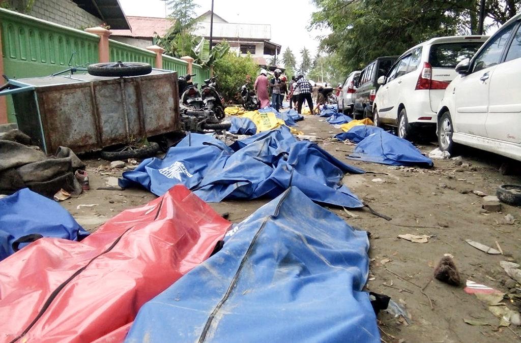 العثور على زهاء ألفي جثة بعد زلزال اندونيسيا والتسونامي