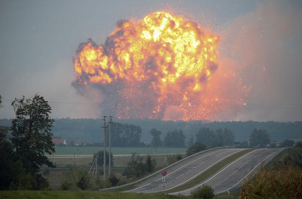 انفجارات في مخزن أسلحة في اوكرانيا