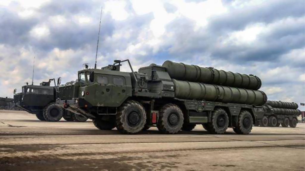 """الدفاع الروسية تتسلم كتيبة صواريخ جديدة """"أس-400"""" تريومف"""