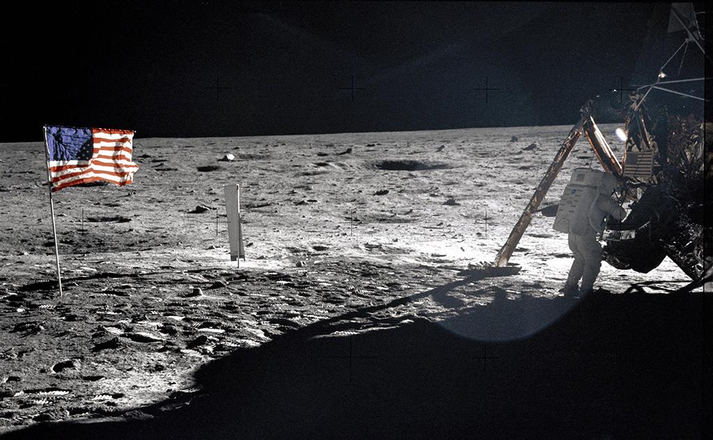 بثمن خيالي… بيع لوحة تذكارية من أول رحلة إلى القمر