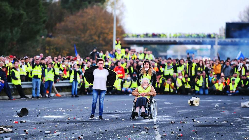وزير الداخلية الفرنسي يتوعد بالرد على عنف المحتجين