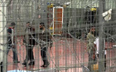 اسير فلسطيني يستمر في الاضراب عن الطعام بسجون الاحتلال