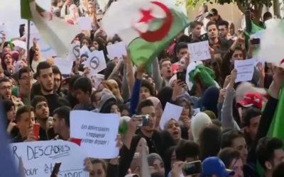الآلاف يتظاهرون في الجزائر والشرطة تدفع بتعزيزات أمنية إلى محيط قصر الرئاسة
