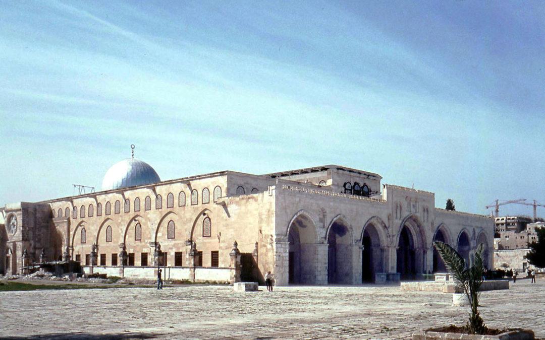 حركات استيطانية إسرائيلية تطالب ببناء معبد يهودي على باب الأقصى