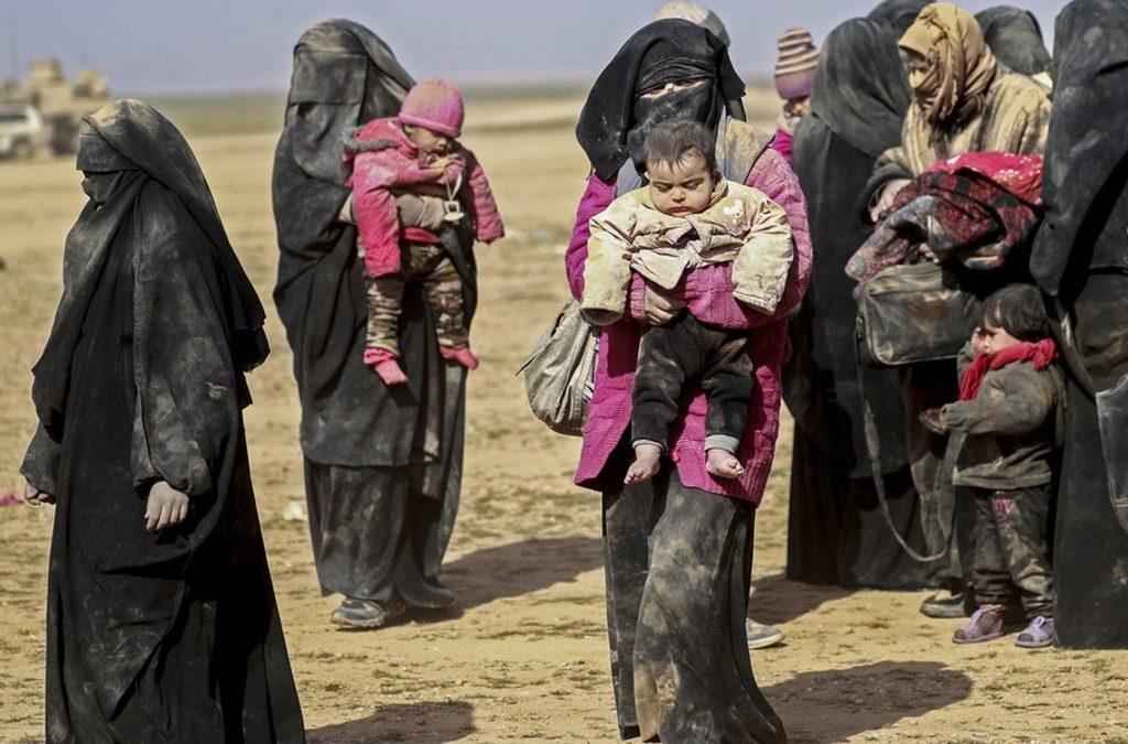 """جدٌّ سويدي عثر على أحفاده الـ 7 من ابنته """"الداعشية"""" في سوريا!"""