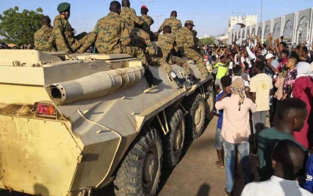 """الإحتفالات تعمّ السودان بسقوط البشير.. والشعب يهتف """"سقطت، سقطت"""""""