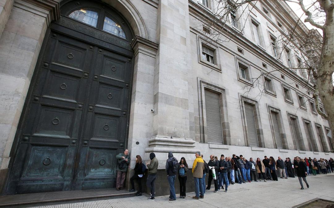 طوابير أمام المصارف في الأرجنتين مع بدء تطبيق القيود على العملات الأجنبية
