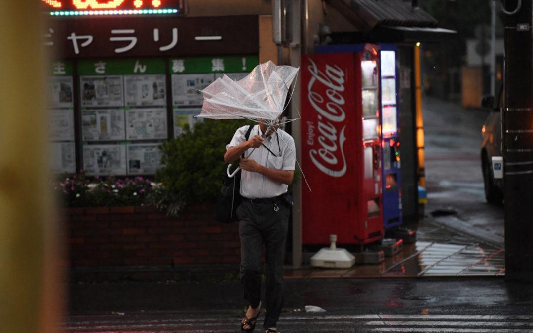 اعصار عنيف يضرب طوكيو ويتسبب باضطرابات في حركة النقل