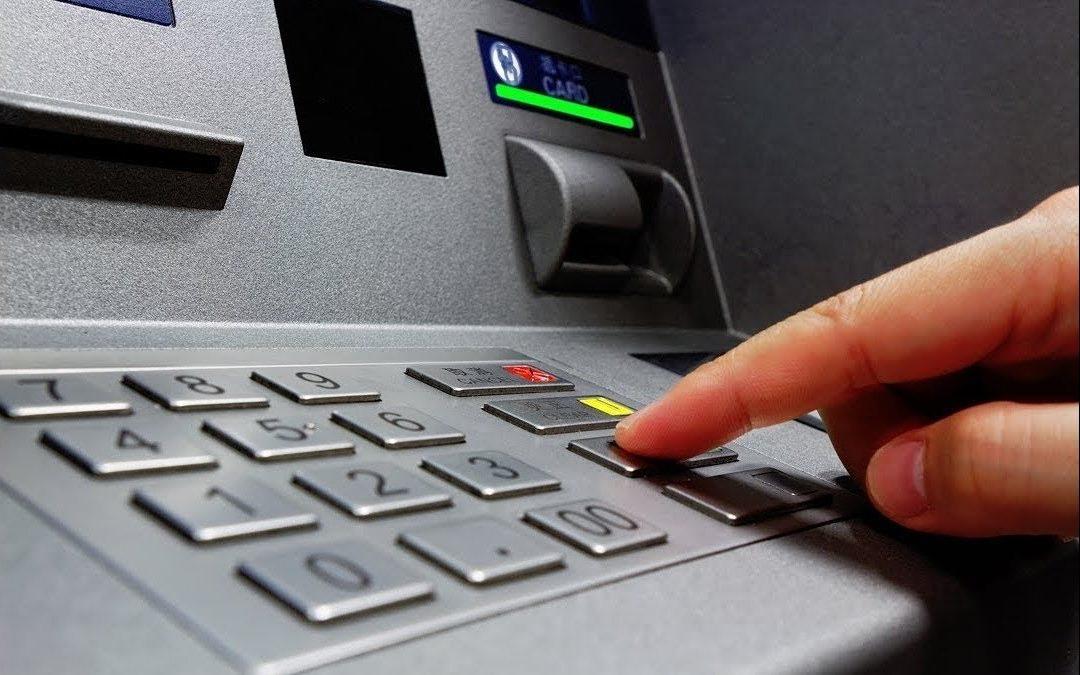 موظفون لا يملكون بطاقات آلية سألوا عن كيفية قبض رواتبهم