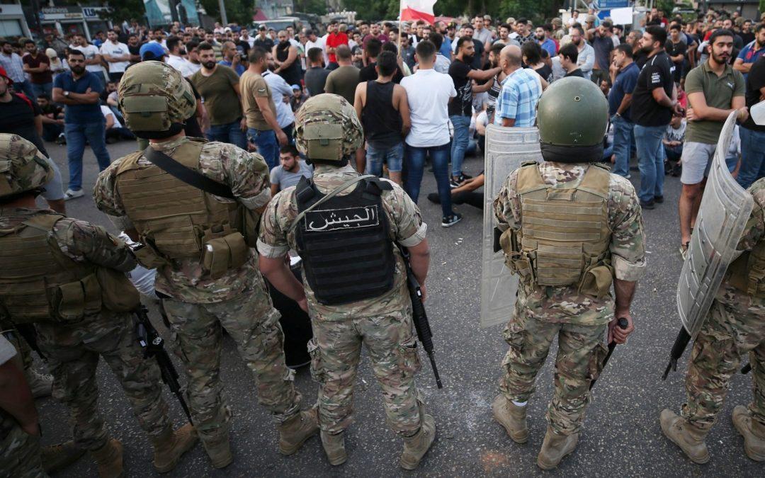 قوة من الجيش فتحت طريق جونية رغم معارضة المعتصمين الذين أعادوا إقفالها
