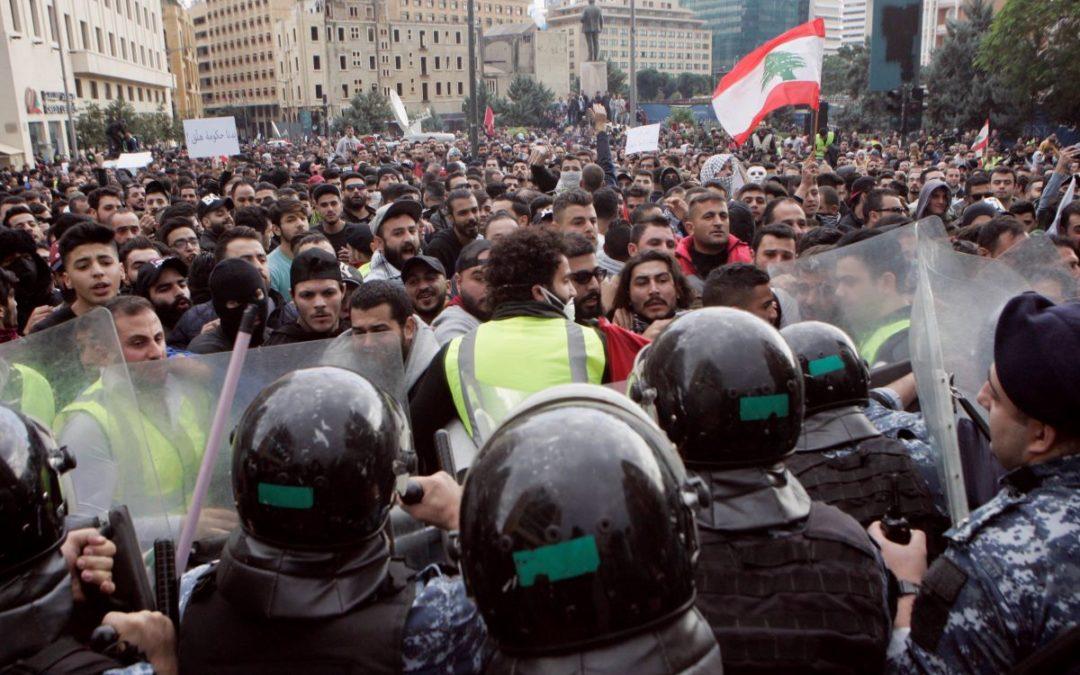 إشكال كبير واعتداء على المتظاهرين في رياض الصلح