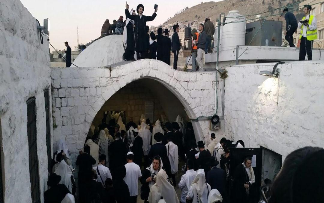 """إصابة 5 فلسطينيين خلال اقتحام مستوطنين """"مقام يوسف"""" في نابلس"""