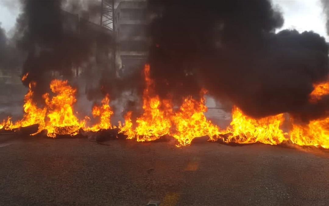 محتجون احرقوا الاطارات على أوتوستراد جبيل