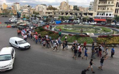 المسيرة الطالبية في صيدا توقفت امام مصرف لبنان