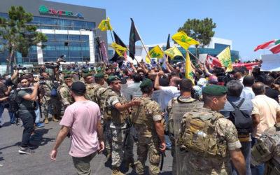 تجمع على طريق المطار احتجاجا على زيارة ماكنزي
