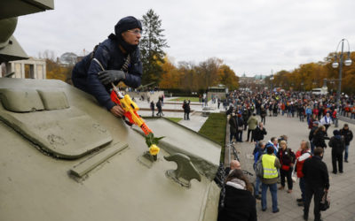 الشرطة الألمانية تستخدم خراطيم المياه لفض تظاهرة رافضة لتدابير الاغلاق في برلين