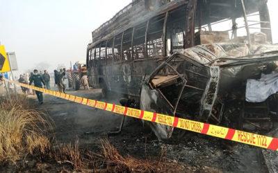 مقتل 13 شخاص وإصابة 17 آخرين جراء تصادم بين حافلة وشاحنة في باكستان