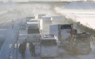 مقتل شخص وتصادم أكثر من 130 سيارة على طريق سريع في اليابان بسبب الثلوج