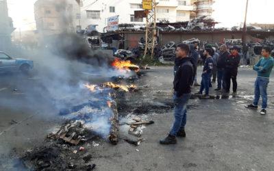 محتجون قطعوا الطريق عند منطقة سينيق بجنوب صيدا بالإطارات المشتعلة