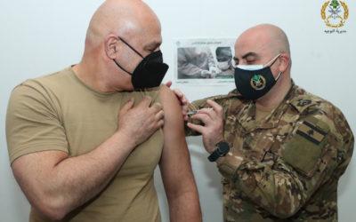 قائد الجيش افتتح حملة التلقيح في المؤسسة العسكرية