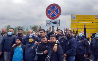 موظفون من ليبان بوست يتجمعون أمام مكاتب الشركة في المطار