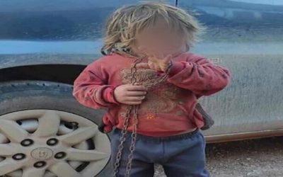 """قيّدها والدها بالسلاسل وحبسها داخل قفص حديديّ… إليكم قصة الطفلة """"نهلة""""!"""