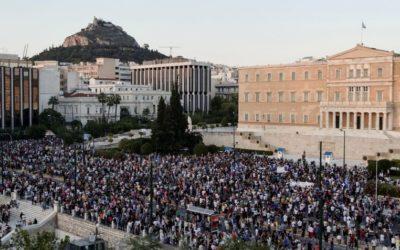الآلاف يحتجون في أثينا على حملة التطعيم ضد كورونا